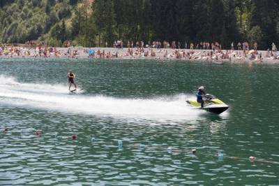 Водные лыжи на озере в Буковеле
